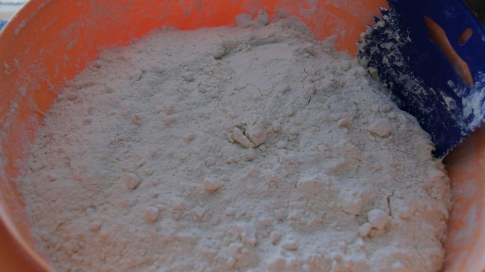 Sett deigen lunt og la den heve til dobbel størrelse før rundstykkene bakes ut.