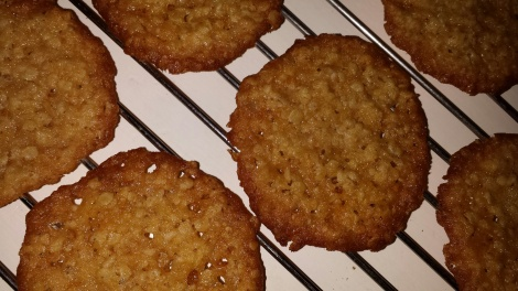 Avkjøl kakene på rist før de legges i boks.