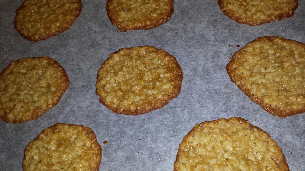 Dersom du ønsker kan kakene legges over en trepinne eller lignende med det samme de tas ut av ovn, da får de en buet form. Ønsker du flate kaker kan du la de ligge på steikebrettet en stund før de flyttes til rist for avkjøling.