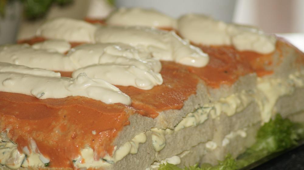 Smør et lag med kaviar oppå det øverste laget av loff.