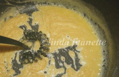 Rør inn melet til det blir en glatt blanding, spe deretter med melk og eventuelt kraft.