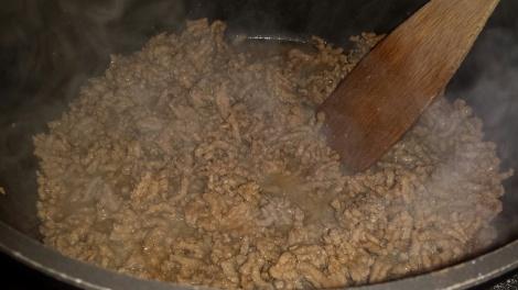 Fres kjøttdeigen i en vid gryte.
