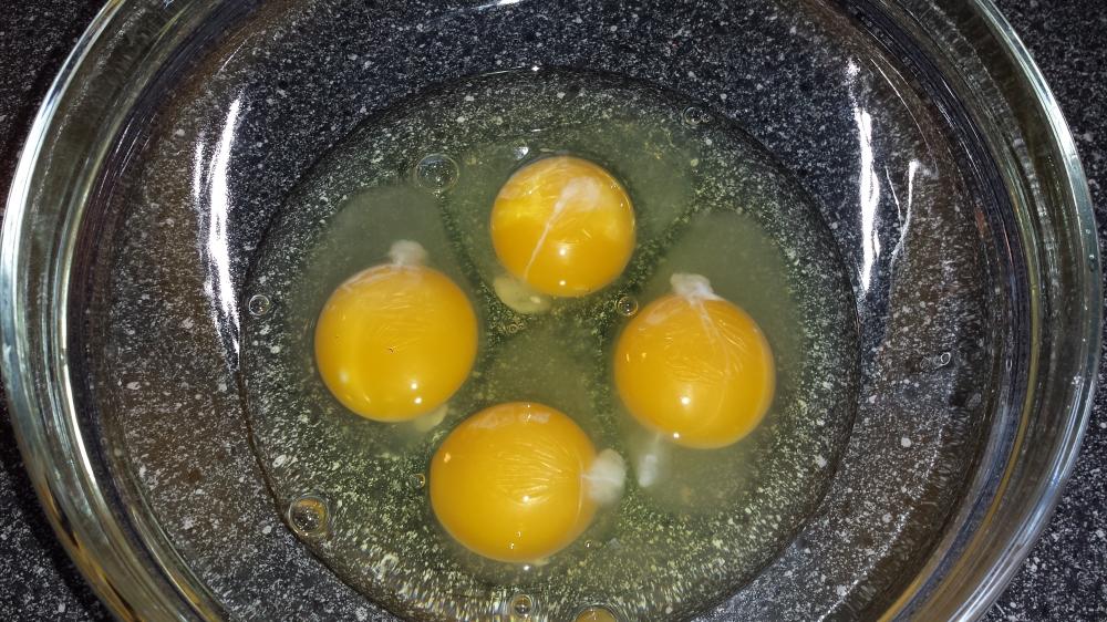 Fire egg, klar for å bli eggedosis sammen med sukkeret.
