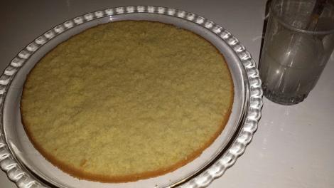 Legg det underste laget på kakefat og dynk med sukkerlake.