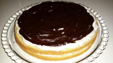 Smør sjokoladekremen over laget med krem.