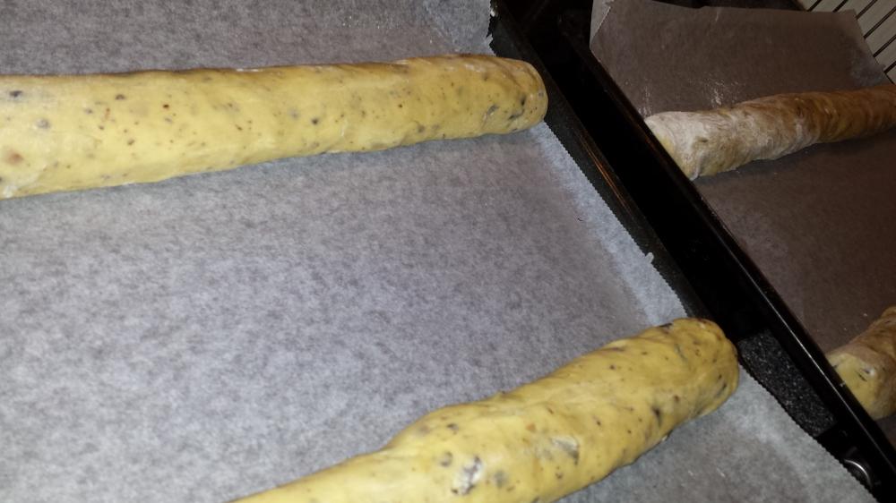 Legg lengdene på bakepapirkledt steikebrett.