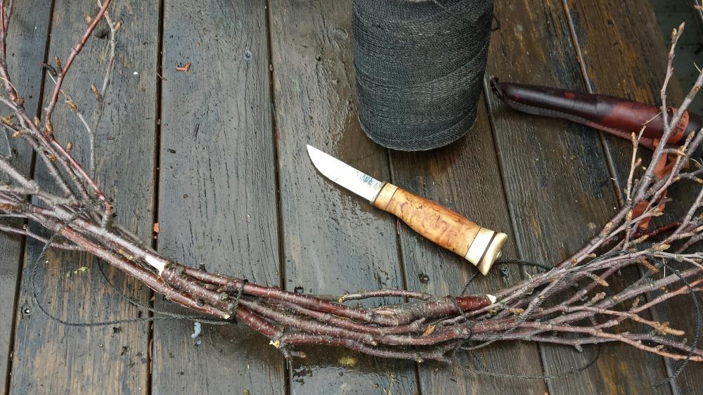 Bjørkekransen lager man lett selv med smidig bjørkeris og sort hyssing.