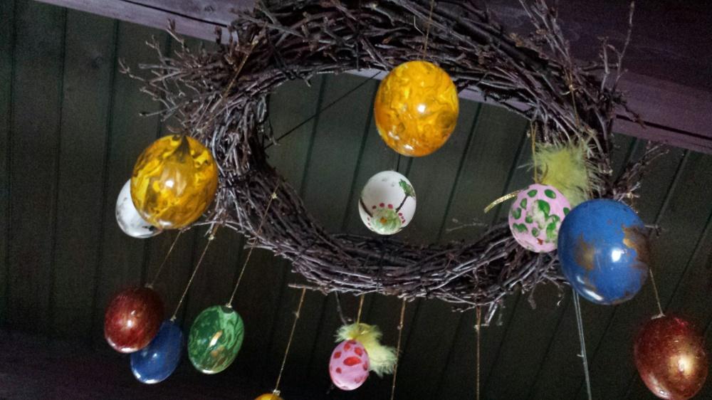 I påsken skal kransen få henge i taket med påskeegg. Etterpå skal kransen få henge på inngangsdøren.