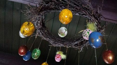 Bjørkekransen hang så fin under taket gjennom hele påsken - full av malte påskeegg :-)