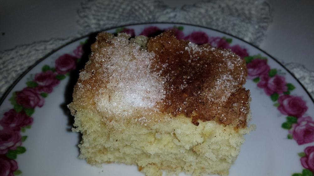 Kjempegod skuffekake med et dryss av sukker og kanel på toppen. En favoritt hos både små og store!