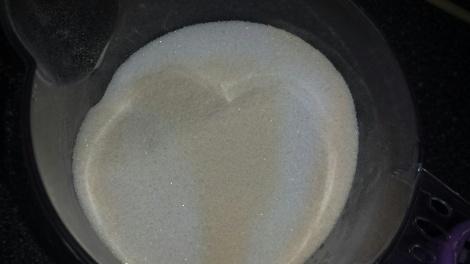 Bland vaniljesauspulveret sammen med sukkeret og pisk litt etter litt inn i de stivpiskede eggehvitene.