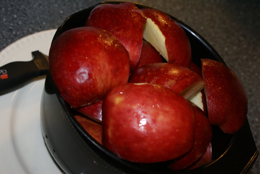 Start med å vaske og rense eplene.