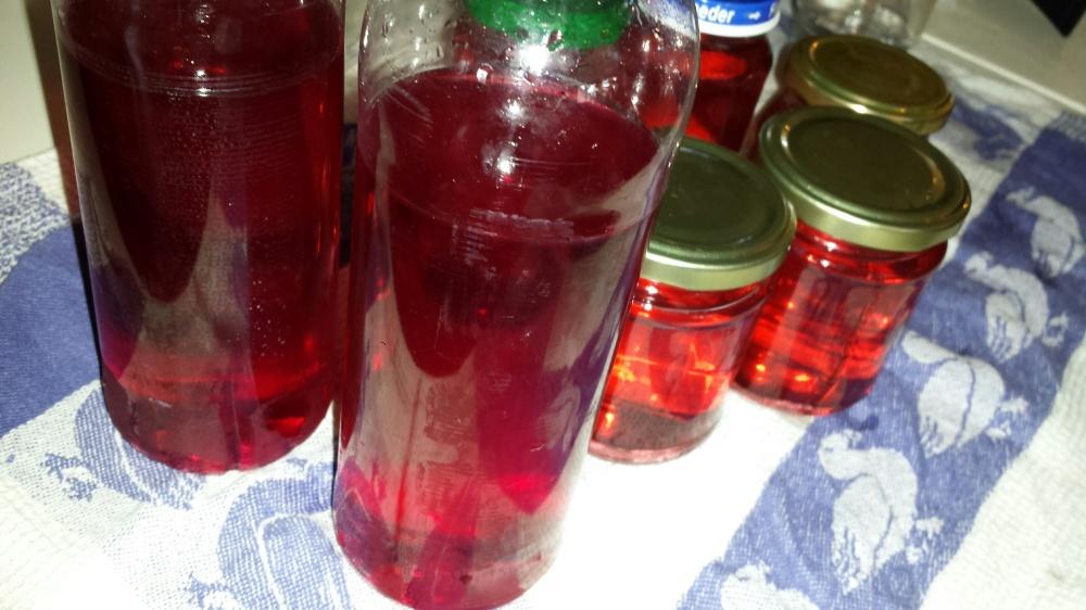 Fyll saften på flasker. Dersom man skal fryse safta bør man ikke fylle flasken helt opp :-)