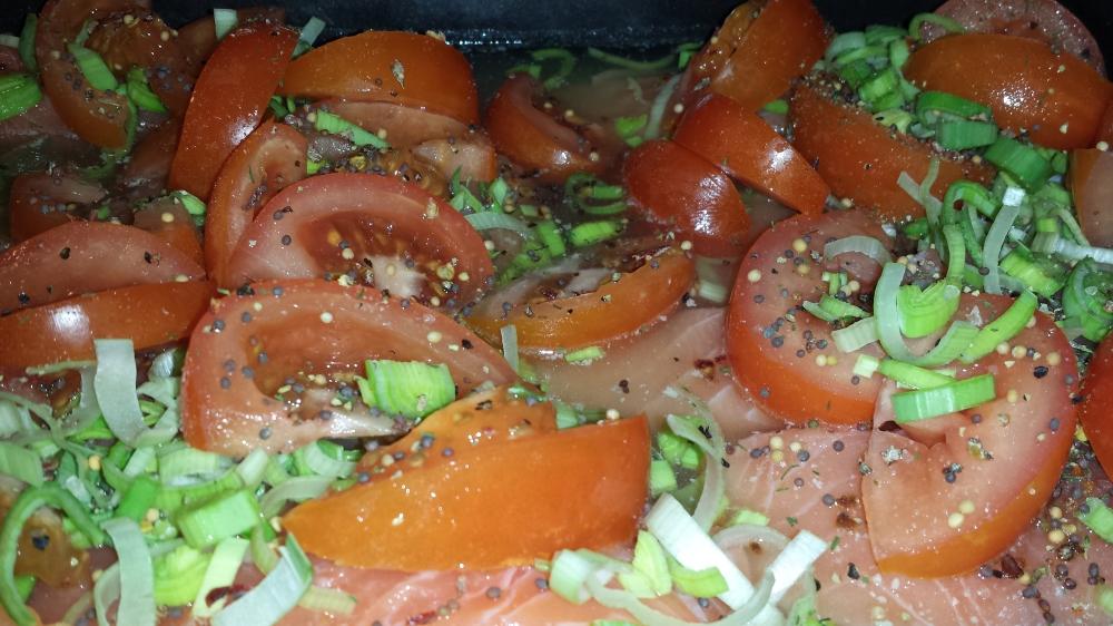 Fiskebuljong, laksefilet, tomat, purreløk og krydderblanding - alt skal få godgjøre seg i ovn imens pastaen tilberedes.