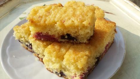Nystekt kake, og den kan gjerne spises imens den ennå er lunken. Se så fin farge det blir av bærene som har sunket nederst i kaken under steking.